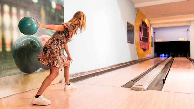 Vista traseira, mulher, jogar, bola boliche