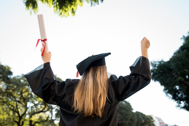 Vista traseira, mulher jovem, graduando