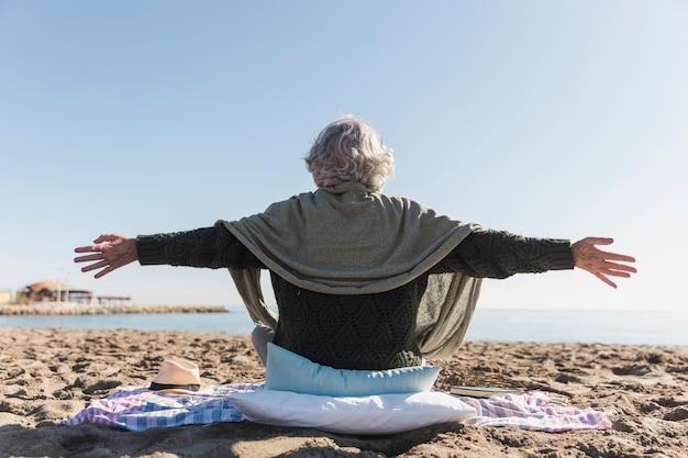 Vista traseira mulher na praia