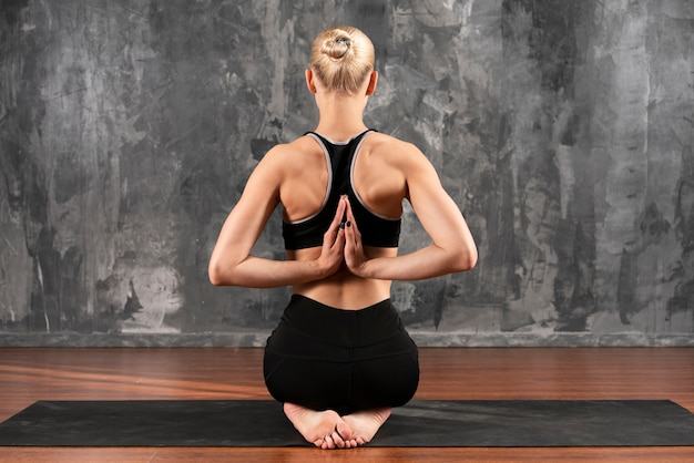 Vista traseira mulher posição complexa