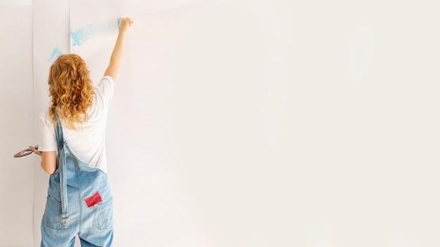 Vista traseira, mulher, quadro, um, parede