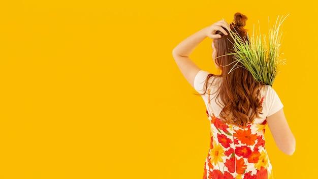 Vista traseira, mulher segura, plantas