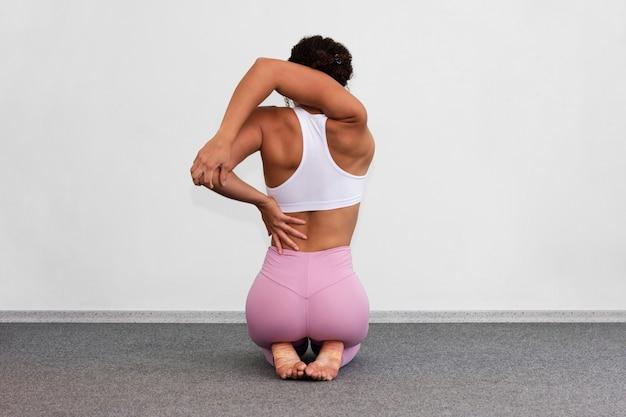 Vista traseira, mulher, sentando, dela, pernas, dentro