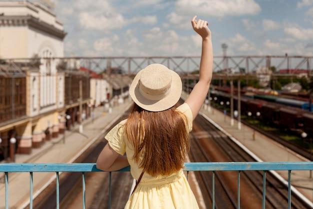 Vista traseira mulher usando chapéu