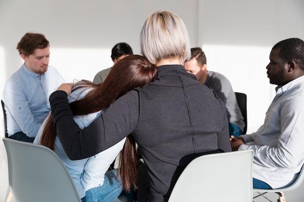 Vista traseira mulheres encorajando uns aos outros