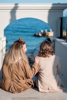 Vista traseira, mulheres jovens, junto, ao ar livre
