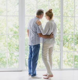 Vista traseira, par ancião, perto, um ao outro