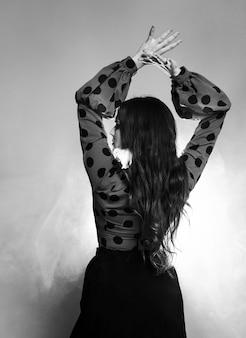 Vista traseira preto e branco com os braços para cima