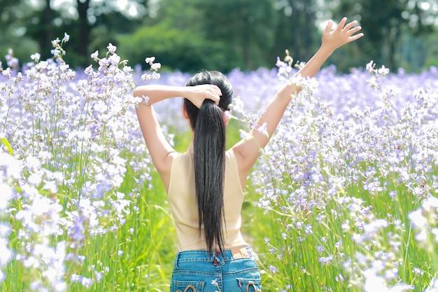 Vista traseira, retrato, de, mulher bonita, tendo, um, tempo feliz, e, desfrutando, entre, flor, naga-crested, campo, em, natureza