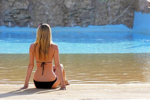 Vista traseira, retrato, de, um, único, mulher observa, ligado, um, piscina água