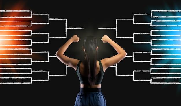 Vista traseira traseira da criança adolescente atleta feminina assistir cronograma ou gráfico de desenho para que a menina possa planejar a estratégia de taekwondo, caratê, luta de judô nas semifinais do conceito de esporte de partida