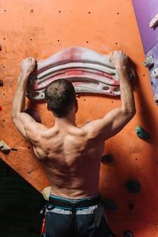 Vista traseira, treinamento homem, ligado, parede