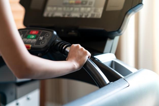 Vista traseira, vista, de, mulher jovem, atleta, corrida, ligado, treadmill, em, ginásio