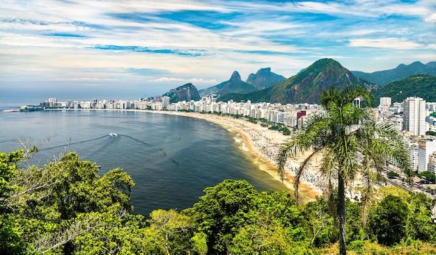 Vista tropical de copacabana no rio de janeiro, brasil