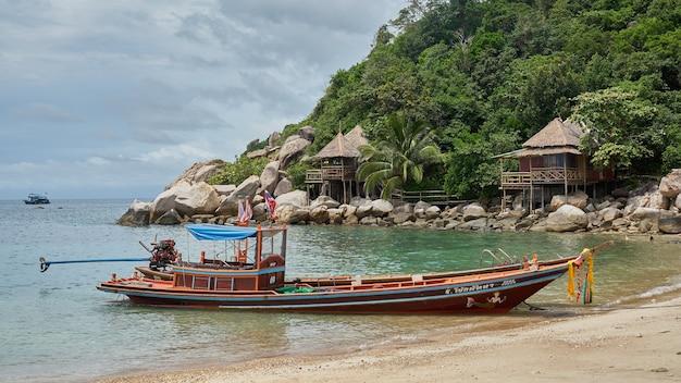 Vista tropical do mar e barcos-táxi locais flutuando, ilha de koh phangan