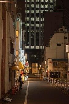Vista urbana com homem na rua