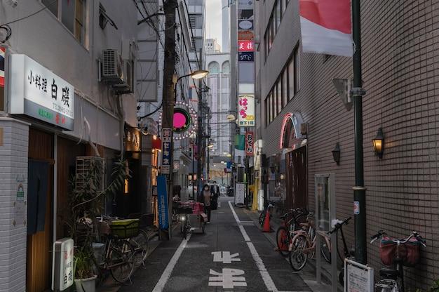 Vista urbana com pessoas em rua estreita
