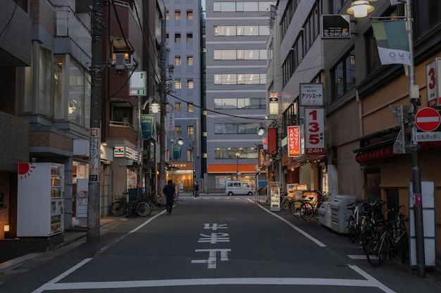 Vista urbana com pessoas na rua