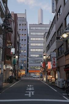 Vista urbana com rua vazia