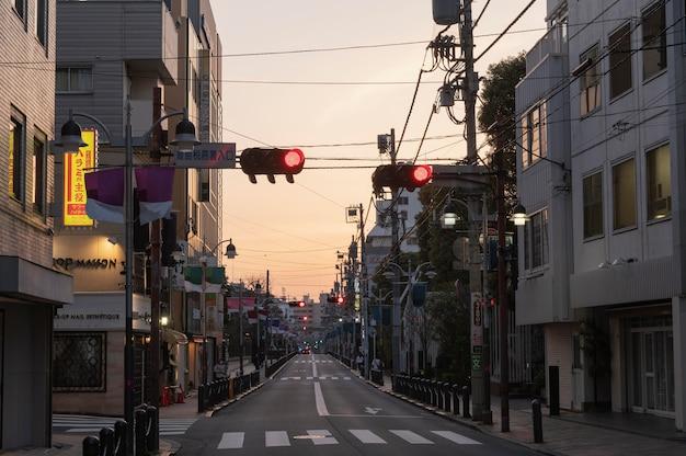 Vista urbana com semáforo vermelho Foto gratuita