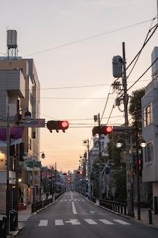 Vista urbana com semáforo
