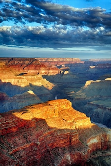 Vista vertical do grand canyon ao nascer do sol em setembro