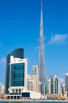 Vista vertical do horizonte de dubai, emirados árabes unidos.