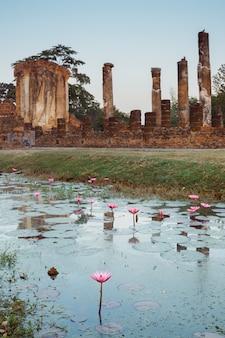 Vista vertical do monumento antigo nos templos sul de wat chetuphon em sukhothai, a cidade antiga asiática com herança budista.