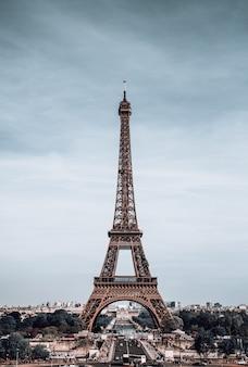 Vista vertical na torre eiffel, paris, frança.