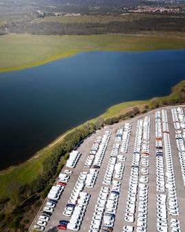 Vistas aéreas de carros estacionados