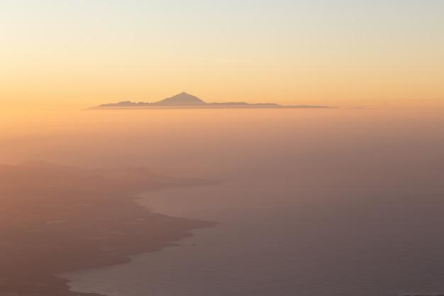Vistas aéreas maravilhosas no por do sol de el teide, visto de gran canaria, tenerife, ilhas canárias, espanha. a montanha mais alta da espanha. ilhas canárias conceito