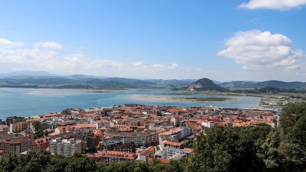 Vistas da cidade e da montanha em um dia ensolarado.