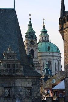 Vistas da cidade velha de praga com belos edifícios antigos, república tcheca
