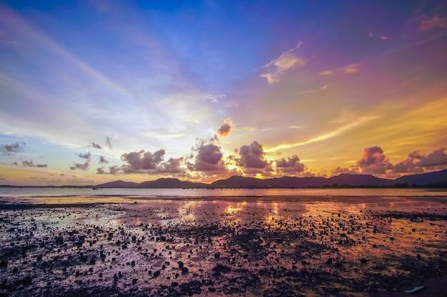 Vistas da paisagem do incrível belo pôr do sol no mar e na montanha.