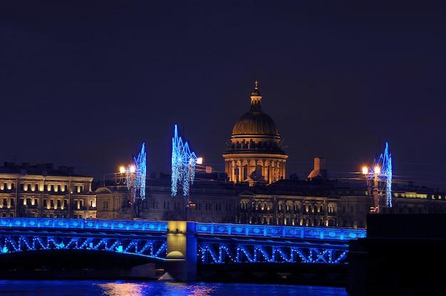 Vistas de ano novo à noite da catedral de santo isaac em são petersburgo, rússia