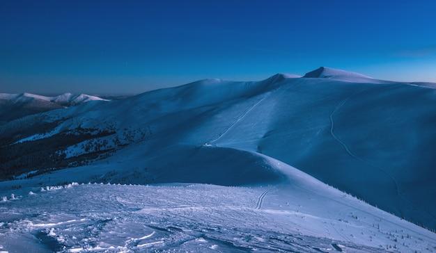 Vistas deslumbrantes das pistas de esqui no final da noite de inverno