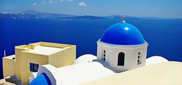 Vistas deslumbrantes de santorini. igrejas tradicionais e mar. viagem grécia