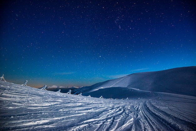 Vistas deslumbrantes sobre a montanha de neve