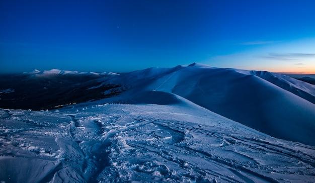 Vistas deslumbrantes sobre as pistas de esqui no final da noite de inverno. conceito de beleza da natureza dura do norte e da estância de esqui. copyspace