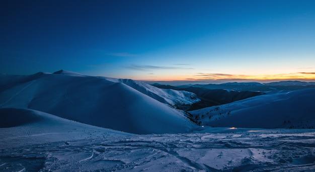 Vistas deslumbrantes sobre as pistas de esqui no final do inverno