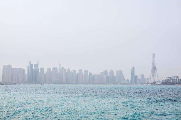 Vistas deslumbrantes sobre os arranha-céus em dubai ao amanhecer. emirados árabes unidos