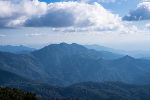 Vistas do horizonte nas montanhas