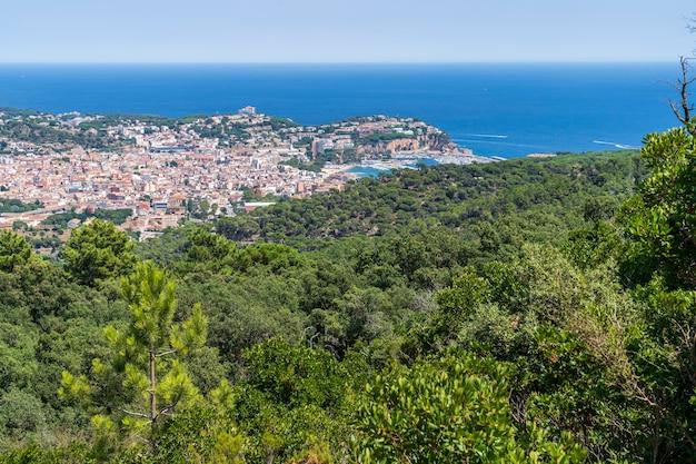 Vistas do mar mediterrâneo e da cidade de sant feliu dels guixols do
