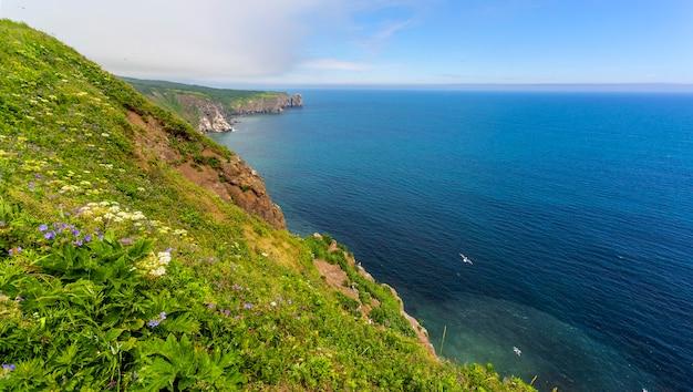 Vistas do oceano pacífico de um penhasco em kamchatka