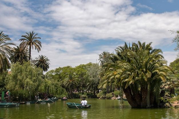 Vistas do parque bonito da citadela (parc de la ciutadella) situado em barcelona, espanha.