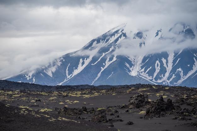 Vistas dramáticas da paisagem vulcânica.
