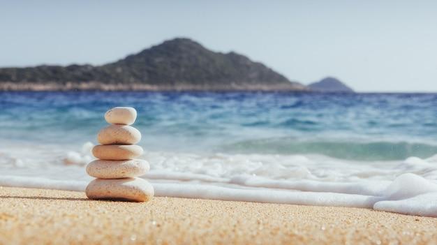 Vistas fantásticas da costa do mar, com areia amarela e água azul.