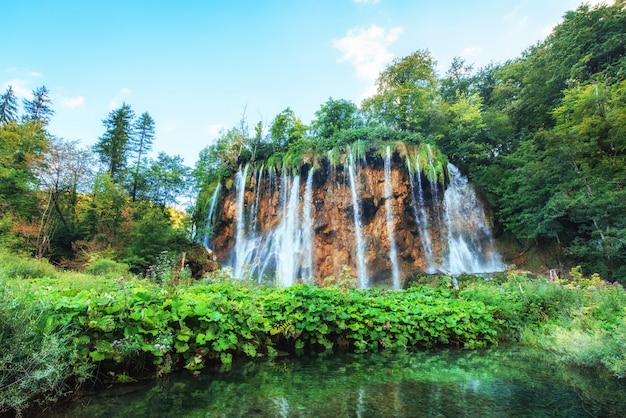 Vistas fantásticas de cachoeiras e água azul-turquesa à luz do sol