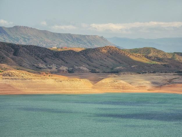 Vistas futuristas do cânion e do reservatório. o reservatório de chirkeyskoye é o maior reservatório artificial do cáucaso. daguestão