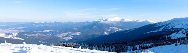 Vistas hipnotizantes de cadeias de montanhas cobertas de neve com o pôr do sol como pano de fundo